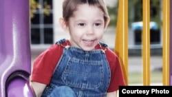 Тригодишниот Макс Шато, роден како Максим Кузмин во Русија.