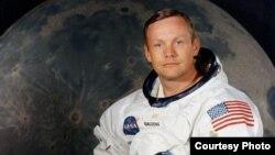 Америкалық астронавт Нил Армстронг - Айға аяғы тиген (1969 жылы 21 шілде) алғашқы адам.