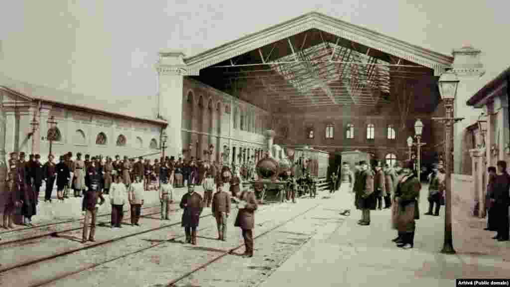 Gara București Filaret 1875 - Autogara Filaret 2021. Gara Filaret a fost prima gară din România. De aici a plecat primul tren spre Giurgiu, în toamna lui 1869. La sosirea în România principele Carol își promisese că nu va ieși în străinătate, nici măcar să își vadă familia din Prusia, până când nu va putea să o facă pe calea ferată. Mutați butonul rotund stânga-dreapta de-a lungul fotografiei pentru a vedea imaginile de atunci și de acum.