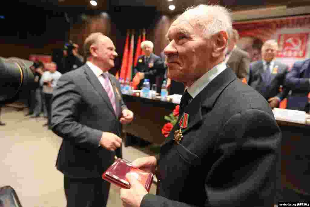 Нагороду для відсутнього на з'їзді колишнього лідера литовських комуністів Міколаса Бурокявічуса отримав його колега Юозас Єрмалавічус