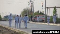 Yörişe gatnaşanlaryň aglabasy ýörite birmeňzeş sport eşiklerinde boldular. Türkmenabat, 7-nji aprel, 2012.