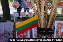 Прапорець Литви на тлі петриківки