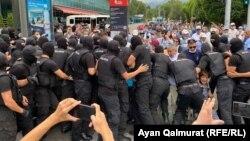 Спецназ полиции блокирует путь участникам протестной акции. Алматы, 6 июля 2021 года