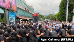 Сотрудники спецподразделения оттесняют собравшихся возле Дворца спорта. Алматы, 6 июля 2021 года