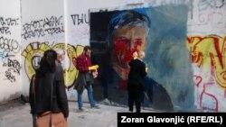 Aktivisti Demokratske stranke čiste uništeni mural sa likom Zorana Đinđića