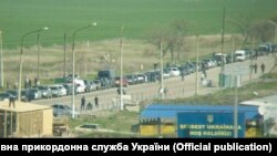 "Ukraine, Chongar - a line of cars near the CPVV ""Chongar"", 29Apr2017"