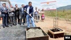 Премиерот Никола Груевски присуствува на почетокот на изградба на нова технолошки индустриски развојна зона во Струга.