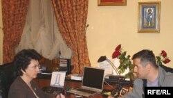 Нино Буржанадзе радиобызның грузин бүлеге хезмәткәре Коба Ликликадзега әңгәмә бирә