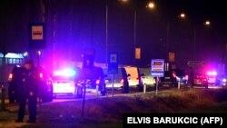 Боснійська поліція забирає затриманих чоловіків, ймовірно причетних до діяльності «Ісламської держави», а також жінок і дітей, яких повернули з Сирії, з Міжнародного аеропорту Сараєва, 19 грудня 2019 року