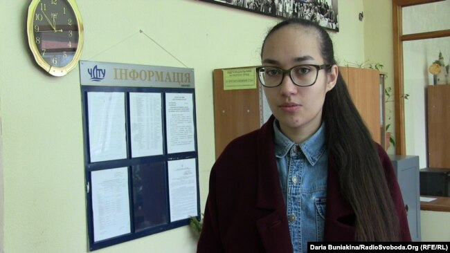 Студентка Дар'я Дихно перед роботою над книжкою створила тактильний календар для людей з порушенням зору