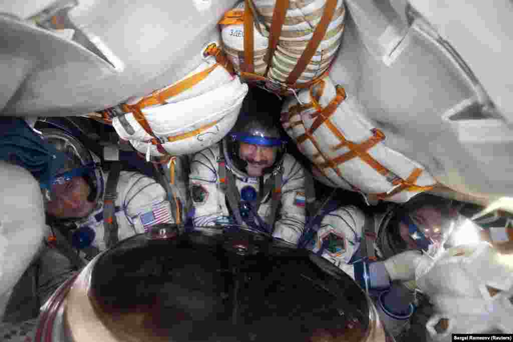 Американський астронавт Скотт Келлі поруч з російськими космонавтами Олександром Калері і Олегом Скрипочкою в спусковому апараті «Союзу». Ракета «Союз» дуже надійна, проте незручна для космонавтів. Наприклад, її розміри не дозволяють розмістити на ній туалет. А політ до МКС триває два дні