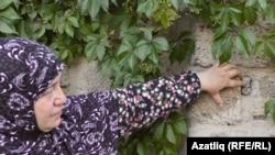 Лемара-Амина Омерова дивардагы камера тишкеләрен күрсәтә