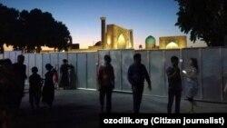 Металлическое ограждение на площади Регистан было установлено в середине июня этого года.
