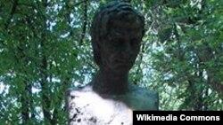 Statuia lui Nichita Stănescu pe Aleea Clasicilor la Chișinău