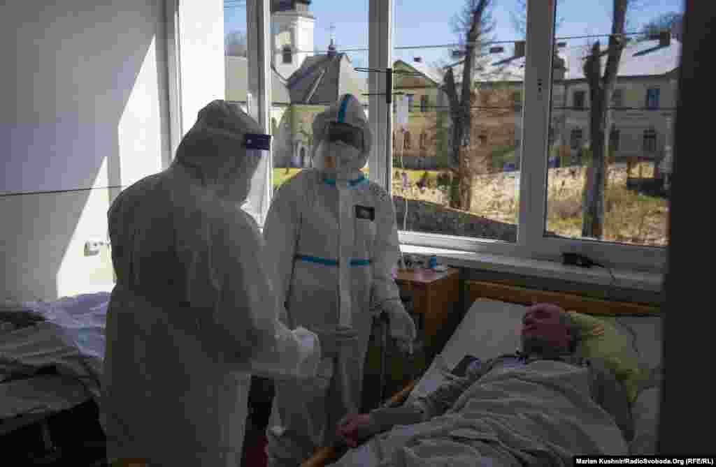 Навпроти відділення розташований монастир і церква. Люди, які перебувають у лікарні, не раз спостерігали недільну службу в храмі. Відтак, просять, аби прихожани берегли себе, адже хвороба реальна і підступна