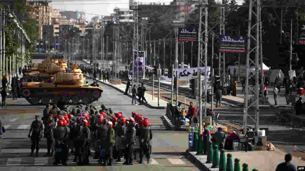 Елітна Республіканська гвардія, яка охороняє президента, вже давно оточила президентський палац у Каїрі танками й іншою бронетехнікою, 11 грудня 2012 року