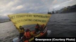 Активисты организации «Гринпис Россия»c баннером с надписью: «Нет плавучему Чернобылю»— рядом со строящейся атомной станцией «Академик Ломоносов». Петербург, 26 апреля 2017 года.