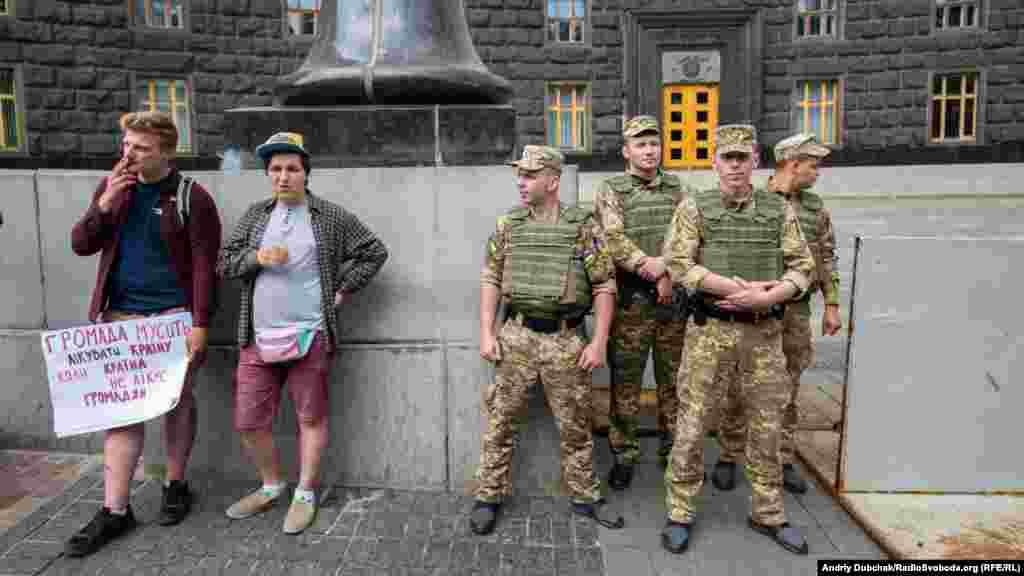 Акцию охраняла полиция, все прошло мирно и с юмором.