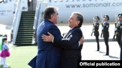 Шавкат Мирзияев и Эмомали Рахмон в международном аэропорту Ташкента, 17 августа 2018 года. Фото пресс-службы президента Узбекистана.