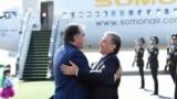 В аэропорту Ташкента у трапа самолета Эмомали Рахмона встретил глава Узбекистана Шавкат Мирзияев.