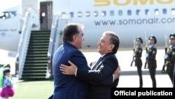 Tajik President Emomali Rahmon being greeted by Uzbek counterpart Shavkat Mirziyoev in Tashkent on a state visit on August 17.