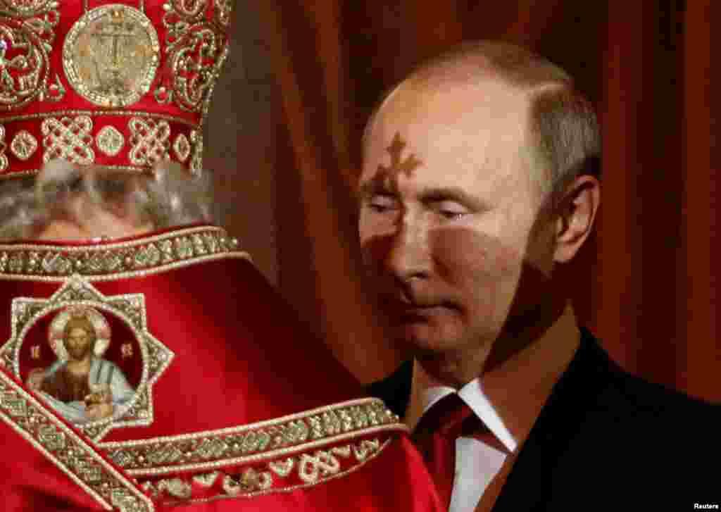 Президент России Владимир Путин во время пасхальной службы в православном храме Христа Спасителя в Москве.