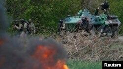 Украинские силы занимают блокпост пророссийских вооруженных отрядов у Славянска