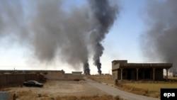 دخان متصاعد من مصفى بيجي بعد مواجهات بين مسلحي (داعش) وقوات عراقية