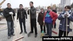 Моладзь дапамагае ў будаўніцтве Чыжоўка-арэны, архіўнае фота