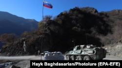 Російські миротворці патрулюють блокпост на дорозі, що веде до монастиря Дадіванк у Кельбаджарському районі. Нагірний Карабах. 24 листопада 2020 року