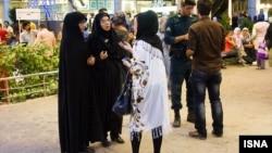İranda mənəviyyat polisi retuz geyən qadını saxlayır. 30 avqust, 2013