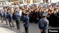 Հայաստան -- Նիկոլ Փաշինյանի աջակիցները բողոքի ակցիա են անցկացնում ՀՀ գլխավոր դատախազության առջեւ, Երեւան, 26-ը նոյեմբերի, 2010թ.