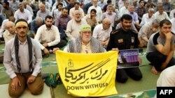 Молящиеся в мечети имама Хомейни в Тегеране выступают с антиамериканскими лозунгами, 19 июля 2019 года
