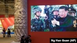 Си Цзиньпин в роли великого руководителя Народно-освободительной армии Китая на выставке в Пекине, приуроченной к XIX съезду КПК. 19 октября 2017 года