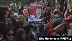 مواليات لجماعة الأخوان المسلمين يرفعن صورة الرئيس المعزول محمد مرسي