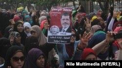 Миср собиқ президенти тарафдорлари М.Мурсий президентликка қайта тикланиши талаби билан 12 ноябрь куни Қоҳирада ўтказган намойиш.