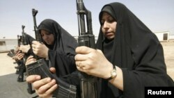 نسوة عراقيات يتدربن على إستخدام السلاح في كربلاء