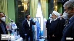 Ирандын президенти Хассан Роухани медициналык жабдыктарды текшерип жатат. 2-апрель, 2020-жыл.
