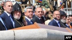 Հայաստանի եւ Լեռնային Ղարաբաղի նախագահները (կենտրոնում) Ստեփանակերտում զորահանդեսի ժամանակ: 9-ը մայիսի, 2012 թ.