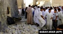 تجمع هواداران حکیم پیرامون بیت او در نجف پس از بمبگذاری سال ۲۰۰۳