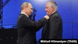 Putin Rex Tillerson-u Dostluq ordeni ilə 2013-cü ildə təltif etmişdi