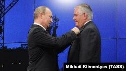 V.Putin R.Tillerson-u Dostluq medalı ilə təltif edir. 2013