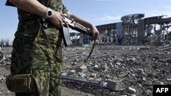 Проросійський сепаратист біля луганського аеропорту, ілюстраційне фото
