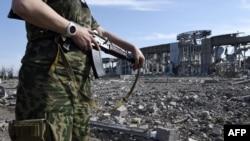 Бойовик угруповання «ЛНР» біля знищеного аеропорту Луганська, який тривалий час обороняли українські військові, 11 вересня 2014 року