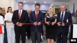 """Премиерот Никола Груевски и министерот за здравство Никола Тодоров пуштаат во употреба нов Центар за дијализа во Градската општа болница """"8 Септември"""" во Скопје."""