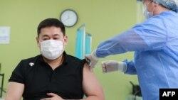 """Монголиянын өкмөт башчысы Лувсаннамсрайн Оюун-Эрдэнэ """"Астразенека"""" вакцинасын алып жатат. 23-февраль, 2021-жыл."""