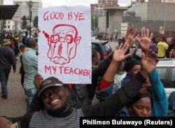 """""""Прощай, мой учитель!"""" - написано на плакате с карикатурой на Мугабе"""