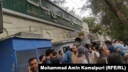 ازدحام مردم در مقابل یکی از بانک های خصوصی در شهر کابل