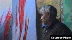 «Көктөбе» телемұнарасының күзетшісі «М» телеарнасының журналисі Сергей Дувановтан тікелей эфирдегі «Открытая зона» бағдарламасын тоқтатуды талап етіп тұр. Алматы, 20 қараша 1996 жыл.