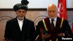 Новообраний президент Афганістану Ашраф Гані (л) і голова Верховного суду Абдул Салям Азімі, 29 вересня 2014 року